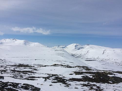 Fra venstre Svarthetta, lengst bak Rognnebba, Snotas to topper og Trollhetta med sine to