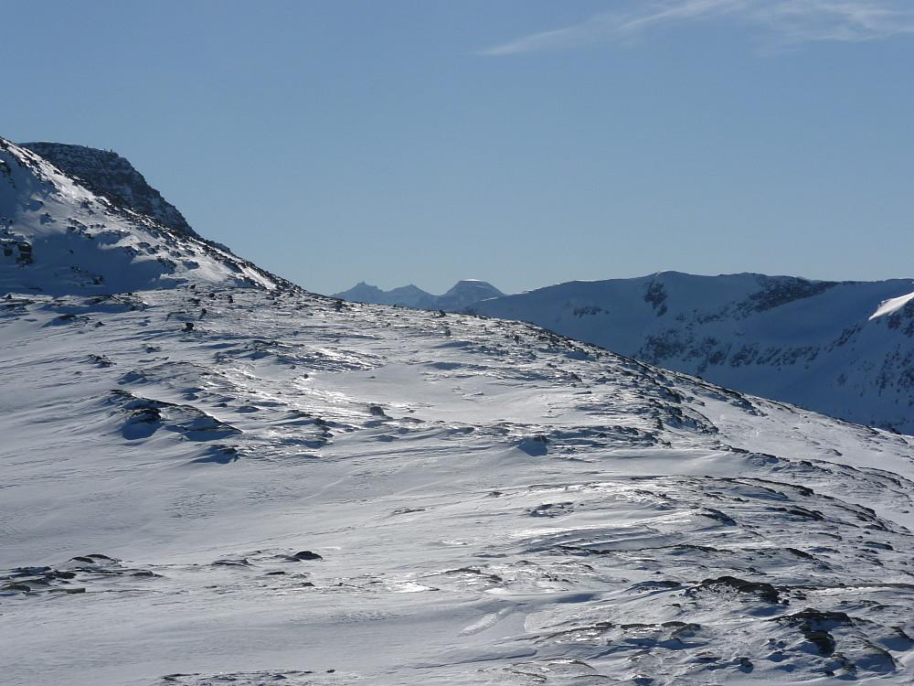 Oppe på Fauskånebba laveste del, utsikt mot Blånebba og oppgangspunktet til øverste del av Fauskånebba. Søyådalen mot høyre