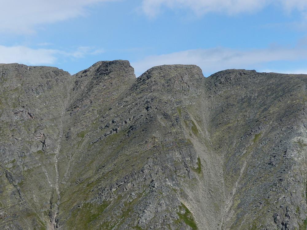 Midtre topp nord og sør, nord til venstre sett fra Midtre Gjevilvasskammen