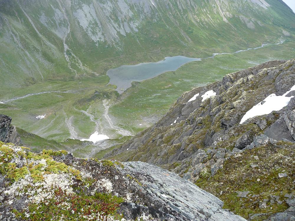 Ned mot dalen mellom Hemre og Midtre med Rensbekktjønna