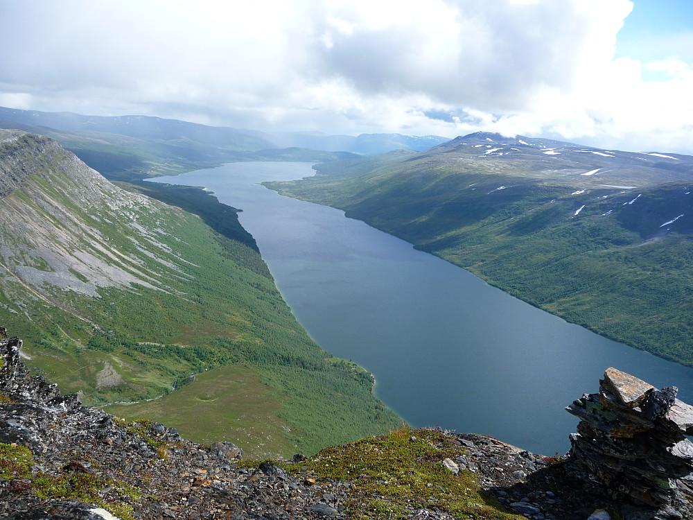 Utsikt fra tuppen av Midtre over Gjevilvatnet.