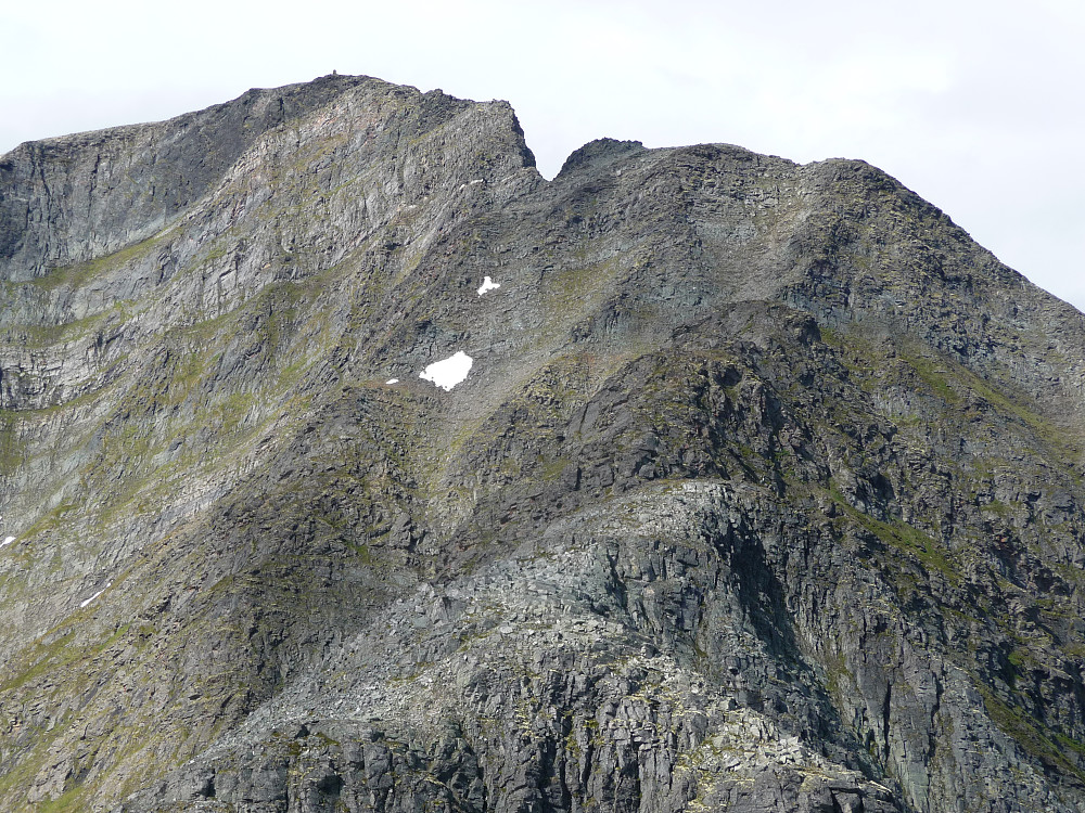 Nedstigninga fra Store mot Midtre, toppvarden i øvre billedkant. Røft og utrolig landskap.