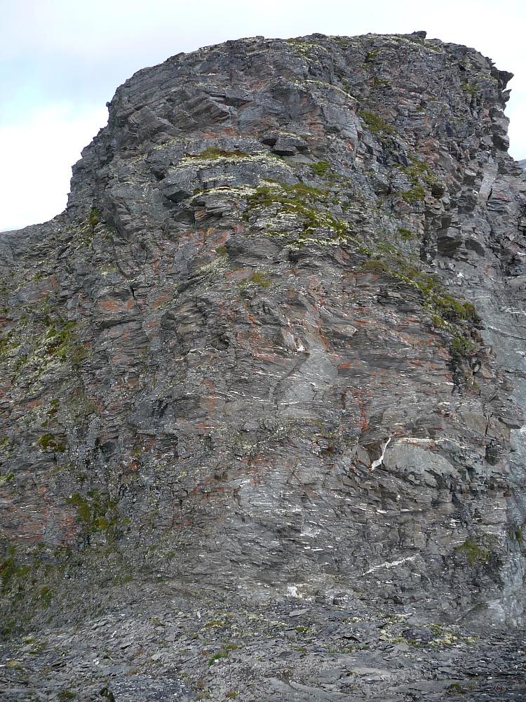 Midtre topp Nord, forseres ute til venstre. Ca 30 m høyt.