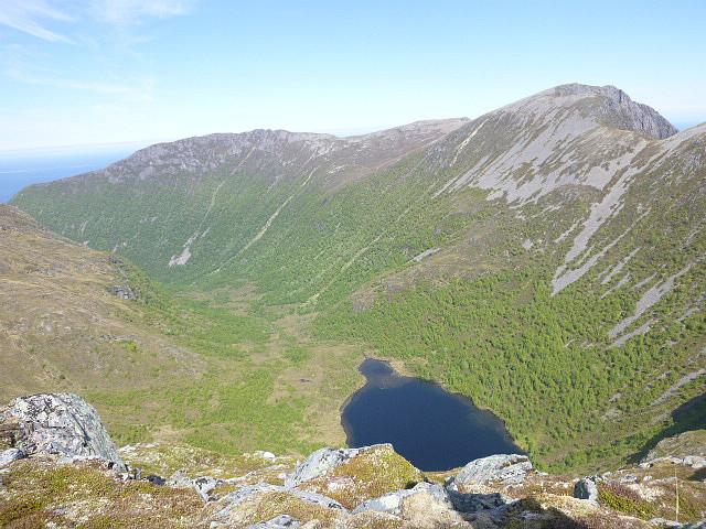 Utsikt fra Fauksåtå over Vågsdalen, Røstadhornet og Ræstadhornet.