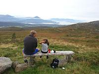 Live og Bjørn pauser seg og nyter utsikten av Jendemsfjellet omkranset av en skodde ring.