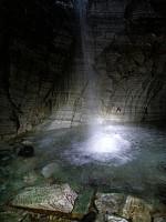 """...og treffer vannet foran """"altertavla"""" i marmor."""