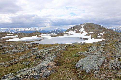 Ryggen bak Sollitind og det vakre Sollitindvatnet i front