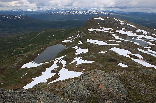 Sollitinden med Kaspervatnet nedenfor toppen av Mellatind