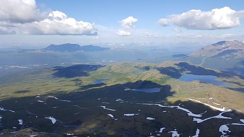 Overblikk mot Rundhaugen. Mauktippen & Stormauken i front, og deler av Alappen kommer til synet lengst til høyre i bildet. Storvatnet ligger også lengst til høyre i bildet med Sørkletten bak.