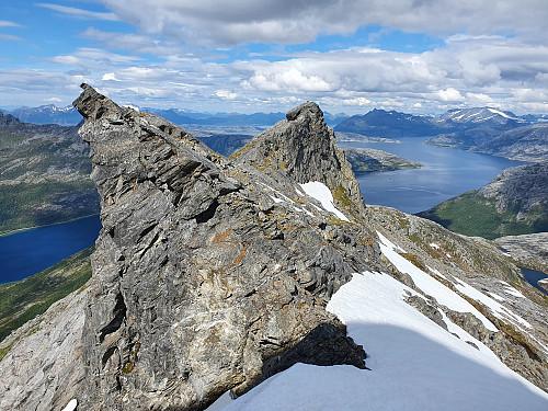Tilbakeblikk fra siste kneik opp mot Straumsnesfjellet tilbake på de to fortoppene på nordryggen