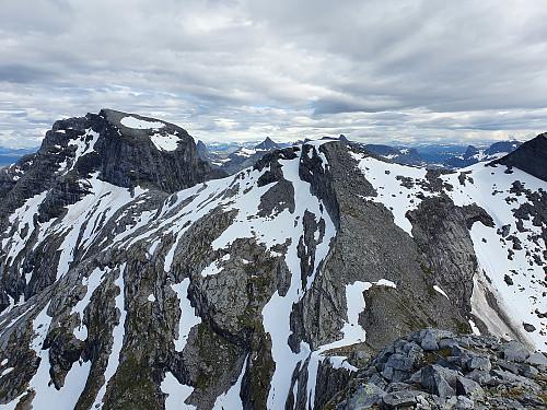 Utsikt fra Staumsnesfjellet mot pkt 983 og Sjunkhatten bak venstre.