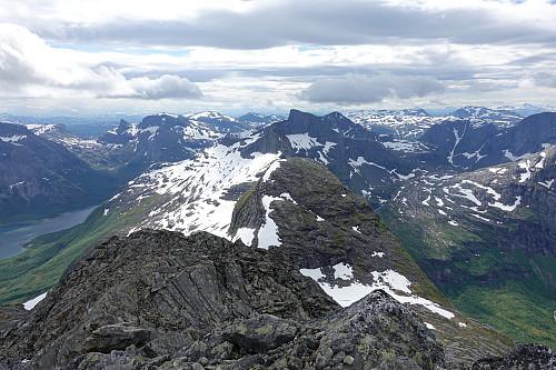 Utsyn fra sørryggen av Sjunktinden med nordflanken av Einarviktind som nærmeste fjell, Kjerringtinden og Skjerdingstinden bak.