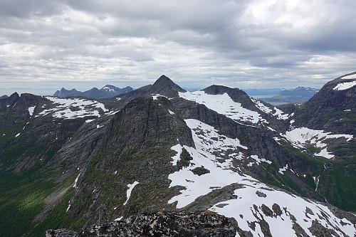 Fra Skjerdingstinden med Einarviktinden nærmest, den vakre SØ-ryggen på Sjunktinden bak.