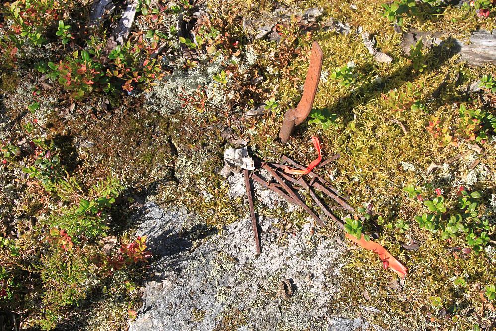 Toppunktet med rester etter varde og masse rusten spiker