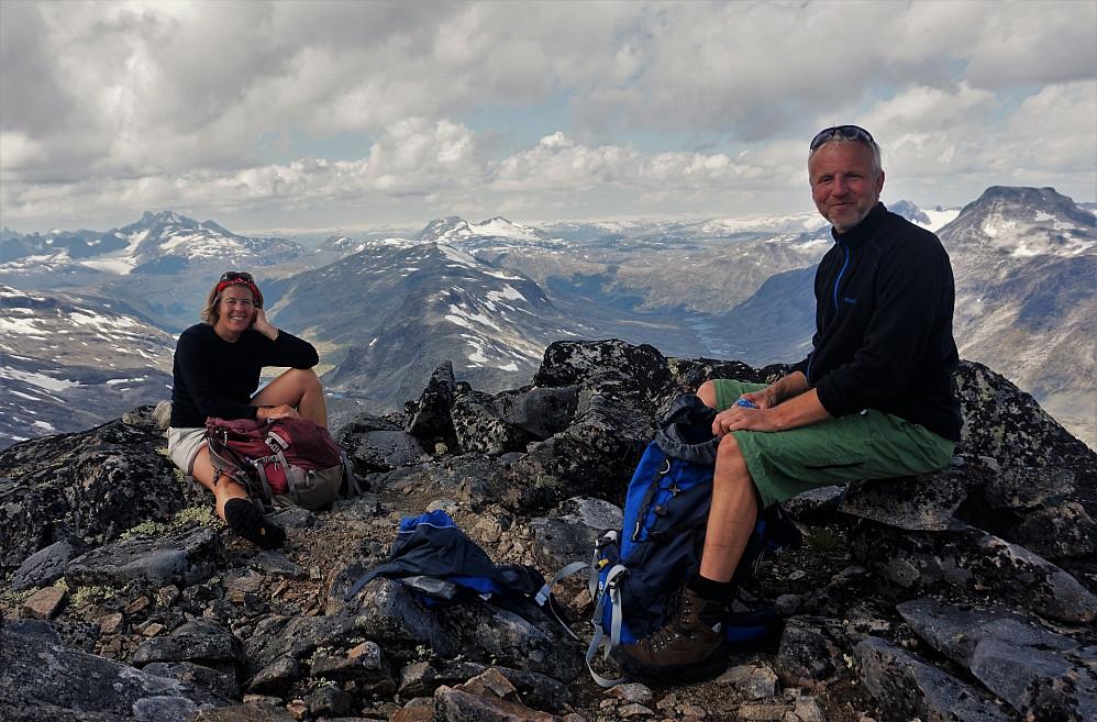Toppen av Mjølkedalstinden. Hanne og Stein.