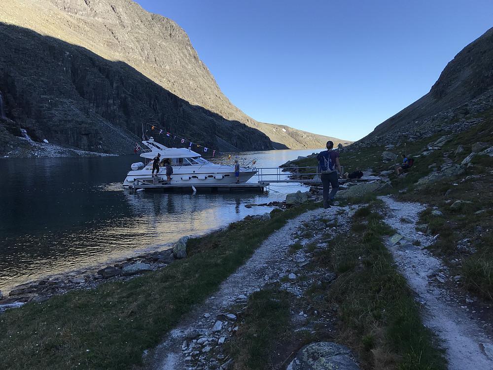 Ved båtkaia - hadde ringt og avtalt med hyttevert Øystein når vi skulle plukkes opp, og vi timet det helt perfekt.