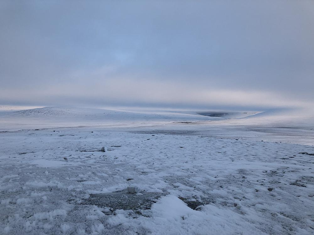 Avblåst og lite snø på Ranglarhø, mens tåken lå som teppe i Rondane
