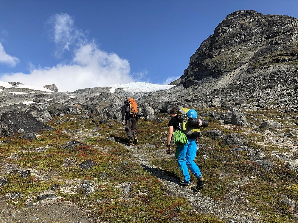 På tur oppover mot Svelnosbreen