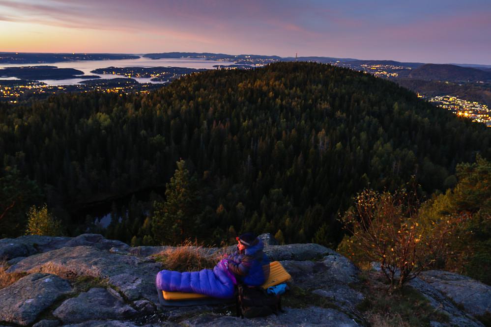 Morgenstund på Nordre Kolsåstoppen. Ütsikt ned til Sætertjernet og videre bort til Søndre Kolsåstoppen med Oslofjorden bak.