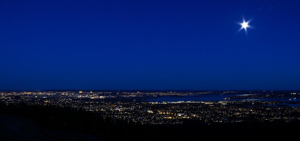 Blått skumringslys med måne og utsikt. Fra Nordre Kolsåstoppen.