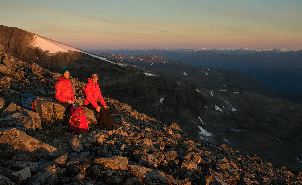 På tide å ta på røde jakker og spise frokost i soloppgangen på ryggen til Nordre Skagastølstind.