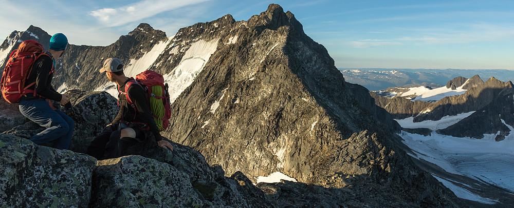 På toppen av Nordre Skagastølstind møtes man av en mektig utsikt over veien videre.
