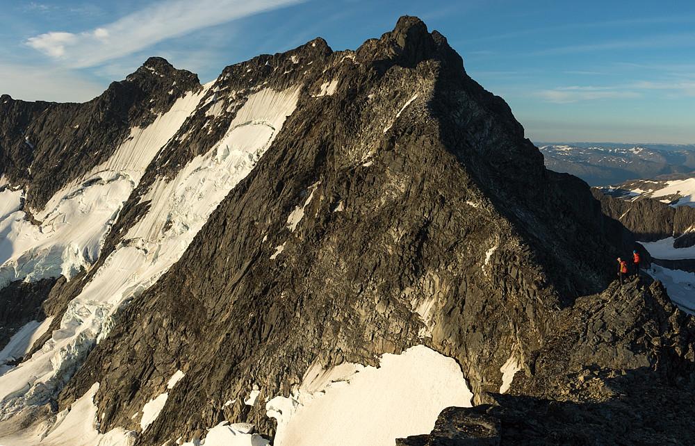 Morten og Petter blir bare noen minidverger til høyre i et stort fjellandskap.
