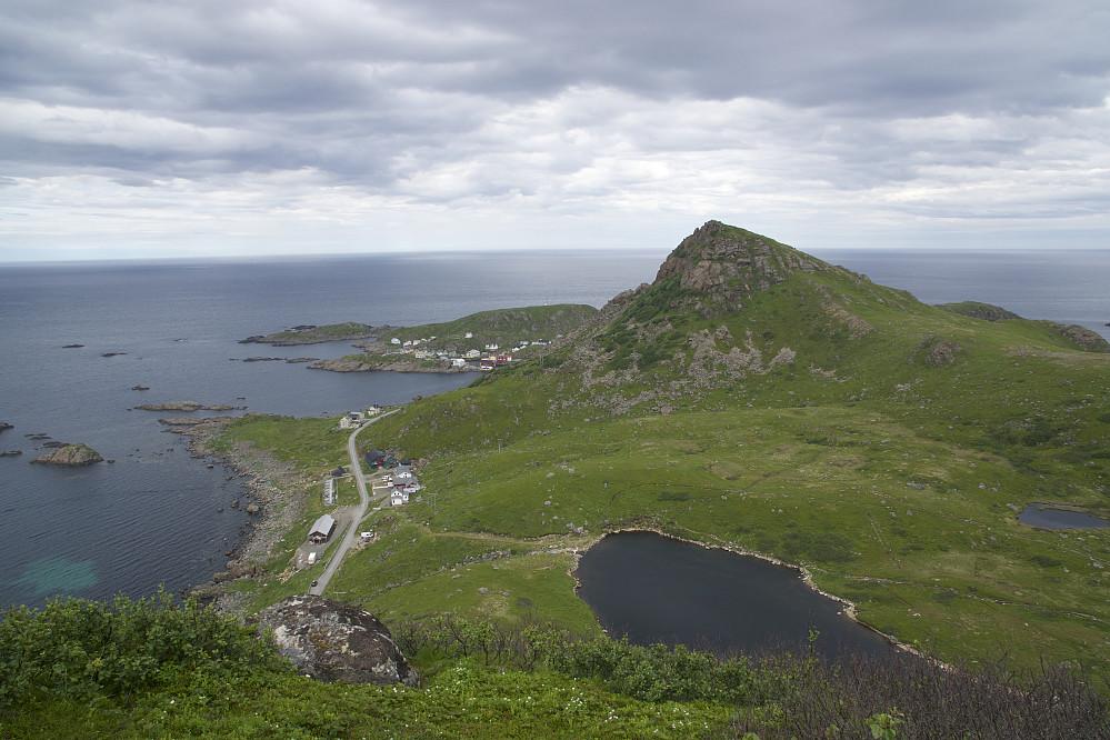 Utsikt mot Nyksund og Nyken. Ved vannet skulle vi ha gått til venstre, IKKE til høyre...