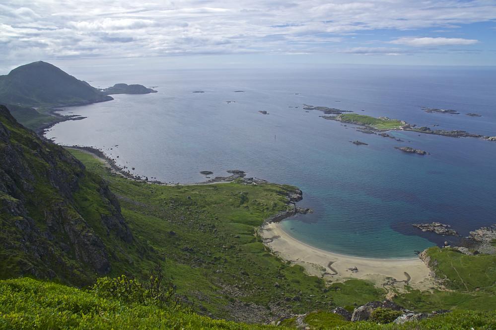 Skipssanden og toppen Mælen, sett fra stien ned mot Stø
