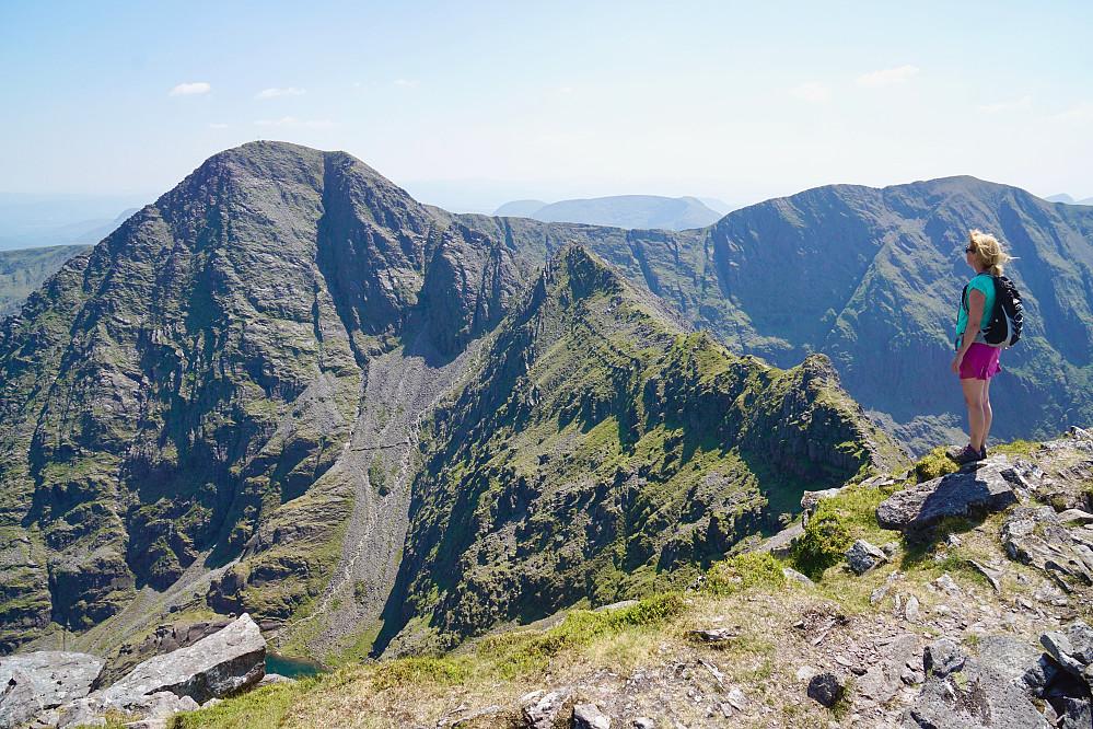 Carrauntoohil og The Bones sett fra Beenkeragh, den nest høyeste toppen i Irland. Toppen Caher sees til høyre