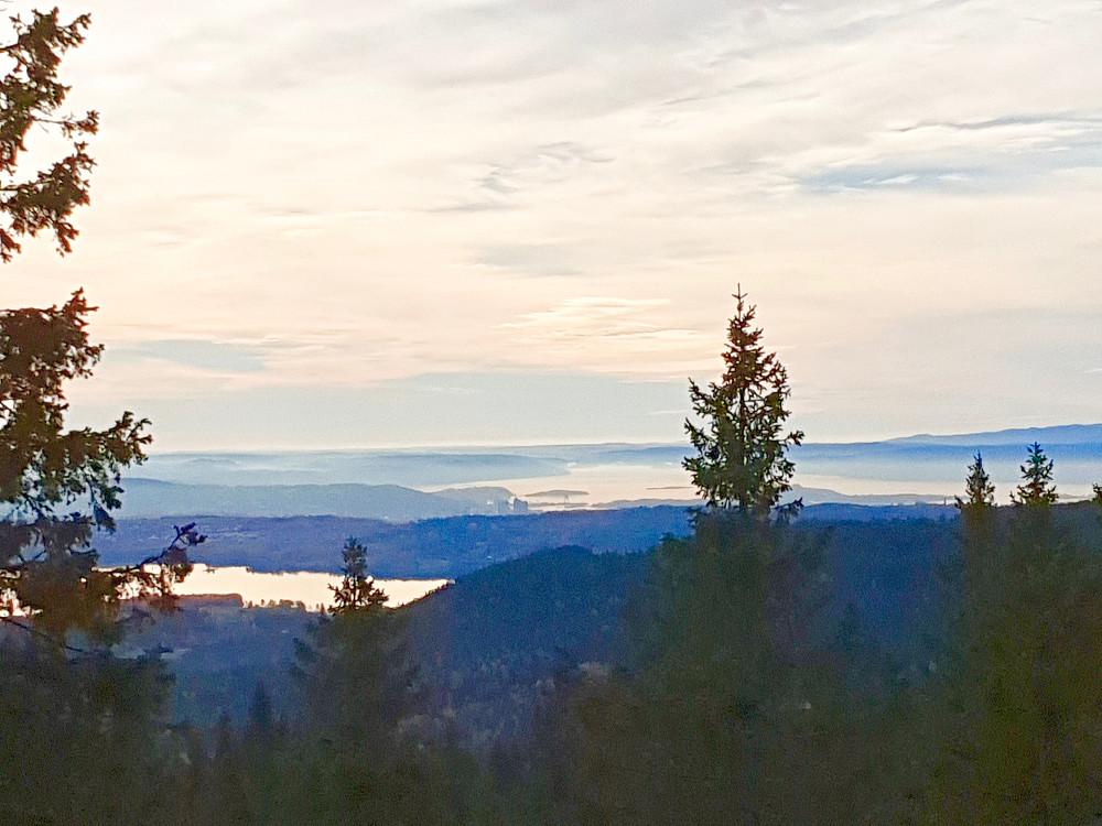Maridalsvannet og deler av Oslofjorden sett fra dagens høyeste topp; Mellomkollen
