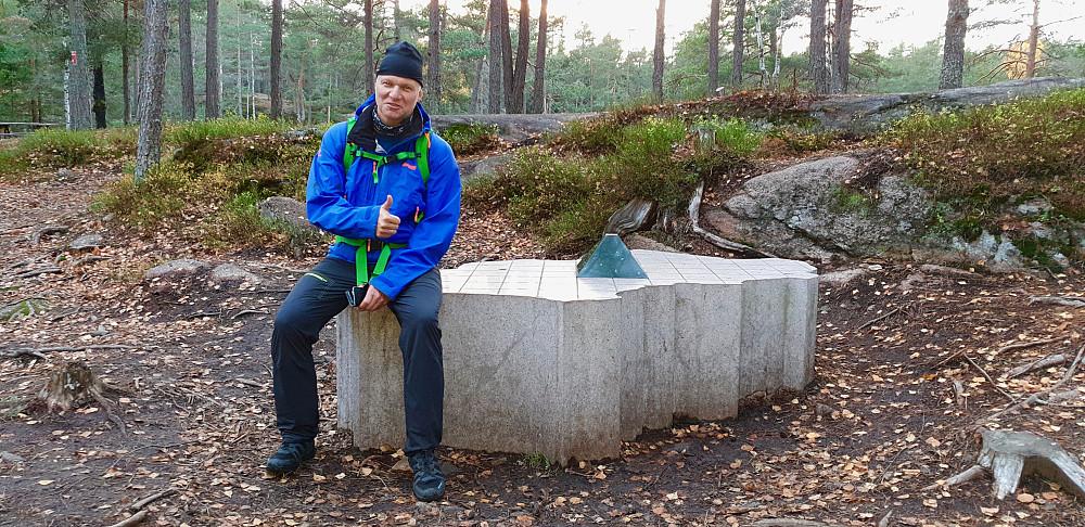 Per på monumentet som markerer Oslos geografiske midtpunkt ved Nedre Blanksjø