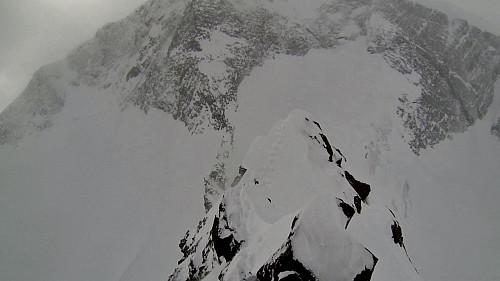 Fra toppen av Veobreahesten mot østpillaren på Leirhøe