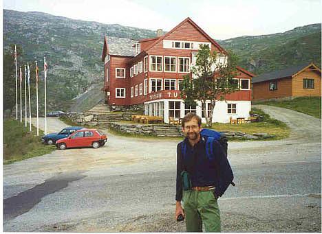 Knut foran det gode gamle Turtagrø hotell
