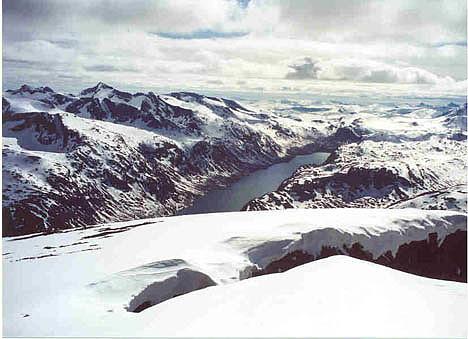 Utsikt fra Besshø mot Gjende og toppene rundt.