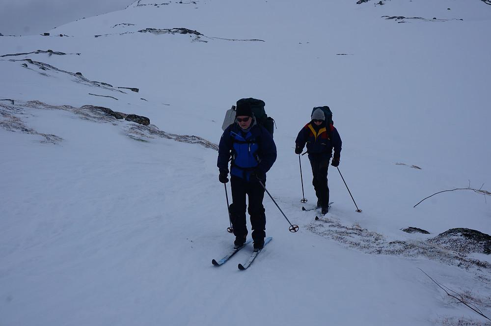 Hardt føre med et lag nysnø der det ikke var blåst bort. Her er Per og Knut på vei mot Kongshelleren. Foto: Odd Petterson