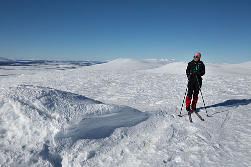 Kirsten Mostue på Eltdalsskaret. Utsikt nordover mot Rendalssølen.
