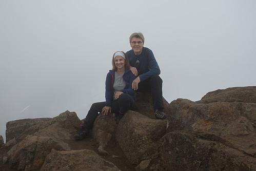 Kirsten Mostue og Trond Berg på toppen. Vi rakk akkurat å kaste et blikk på utsikten før skodda lukket seg rundt oss.