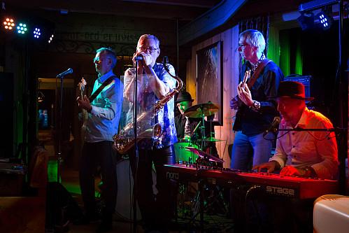 """60-årsjubilanten Terje Tveter (på keyboard m hatt) spiller i soul-blues-rockbandet """"Nils og Blåmenn"""". Det skapte trivelig stemning på Leirvassbu på lørdagskvelden. Dag Tveikra (bass), Nils Rui (munnspill og sax), Jarle Brindis (trommer) og Ragnar Thorsteinsen (gitar)."""