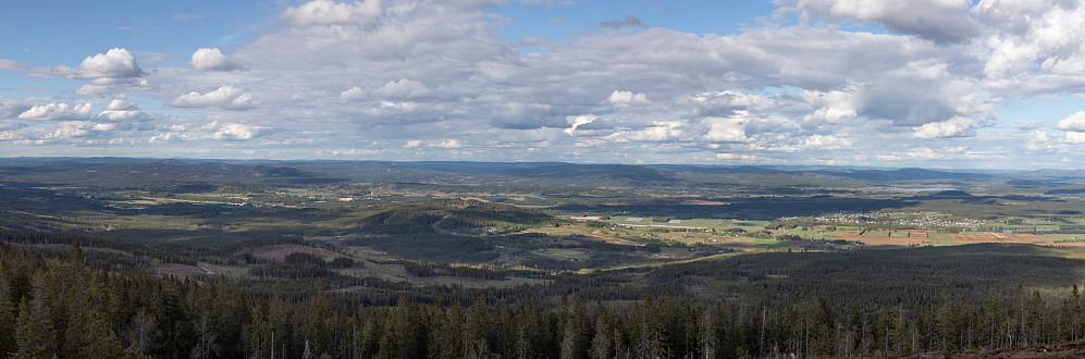 Utsikten østover. Gjerdrumsberget i midten. Glomma synlig her og der. Gjesåssjøen til høyre bak Vålbyen. Elverum, Våler og Åsnes kommuner.