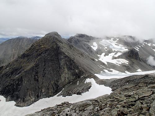Utsikt frå topp (1589) på fjellrekka sør for Juratinden. Det lågaste punktet på egga er på 1434 moh, neste topp er på 1616 moh.