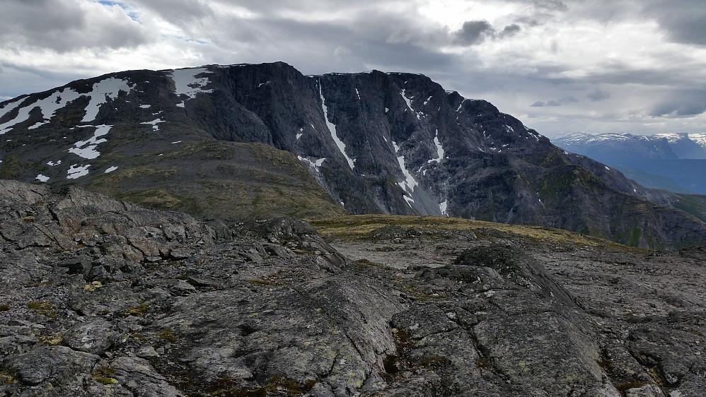 Bleiafjell som stuper ned i Sognefjorden. Sett frå Vesla Grånosi (høgaste punktet på Hausafjellet)