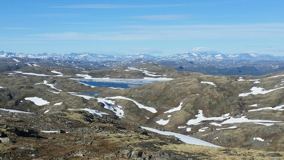 Kviesjøen med Jotunheimen toppar bak.