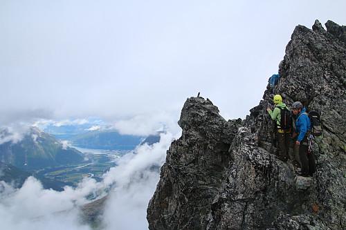 Enkelte luftige omgåelse blir det, her på vestsiden. Åndalsnes ser ut til å ha OK vær i bakgrunnen (foto Einar R).