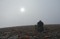Stor varde på toppen av den runde og flate Indre Fauskånebba. Sola bryter nesten gjennom..