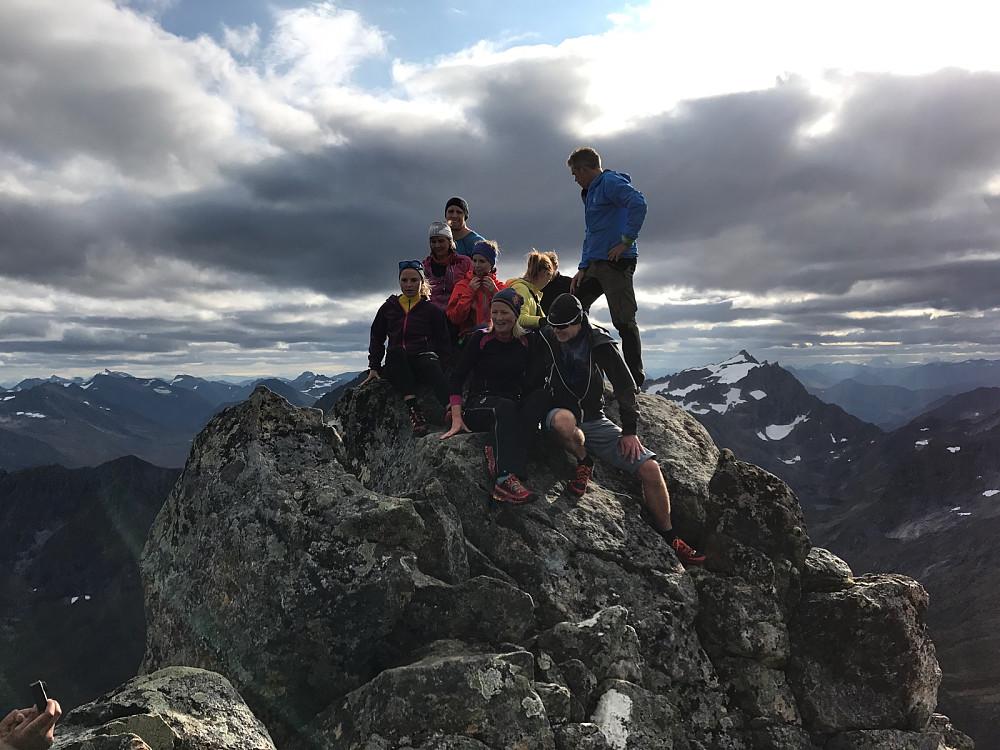 En del av gjengen samlet på Mohns topp.