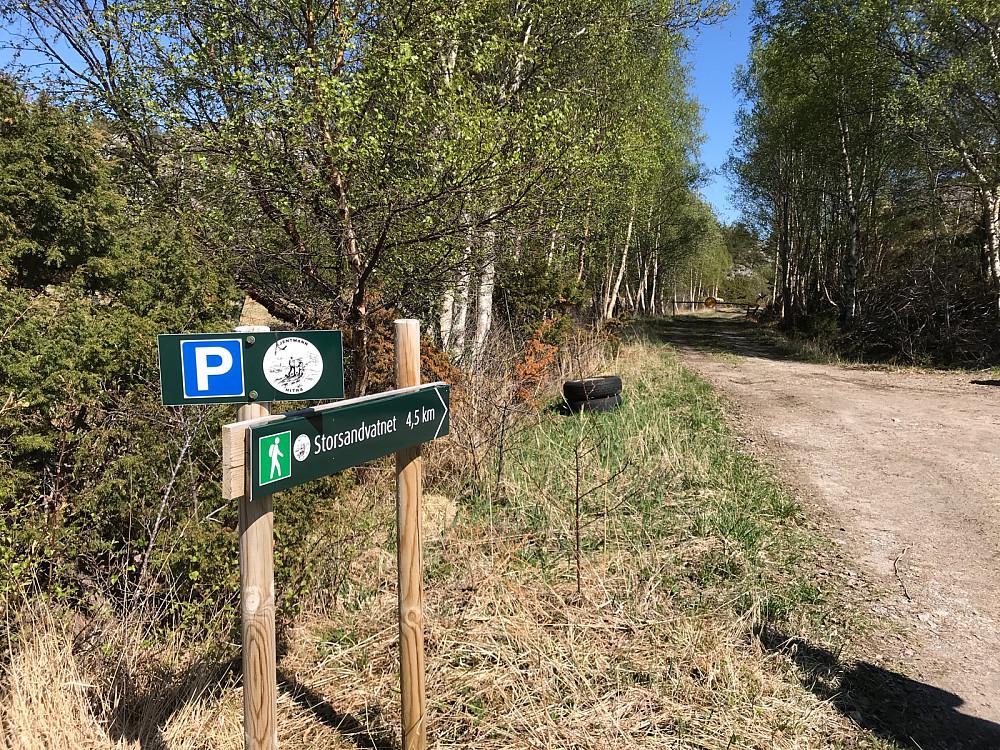 Parkering for 4-5 biler ved starten av traktorvegen inn til Storsandvatnet.