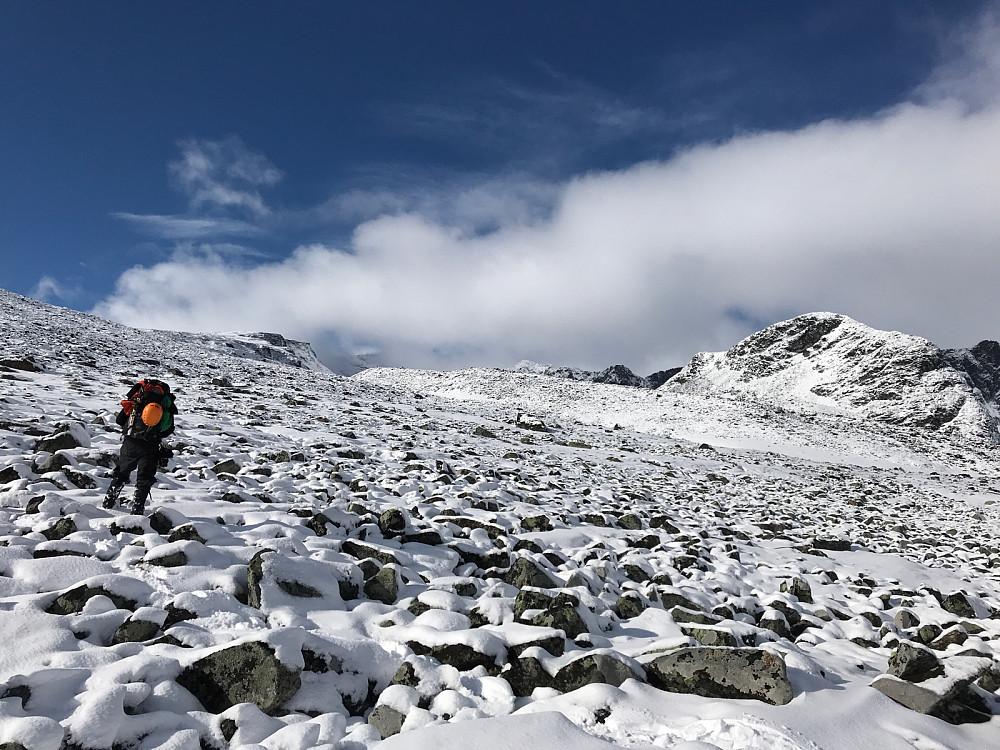 På vei opp mot Trollstinkvelven ble det mer og mer snø mellom steinene.