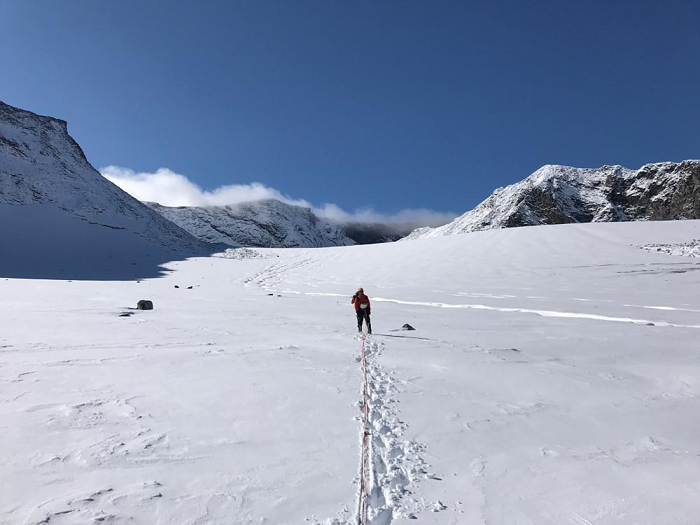 Vi har kommet i gang med den tunge turen oppover breen. Uten snø er dette trolig veldig grei og lettgått blåis.