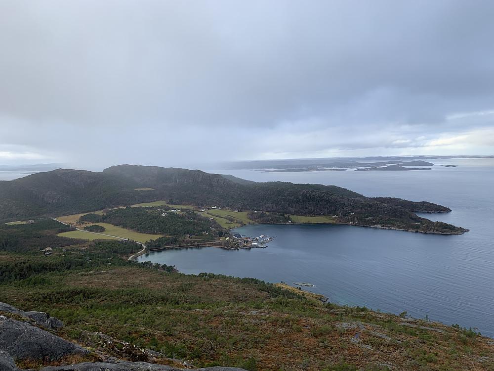 Vingvågen kaie. Kamvikfjellet og Hitra lenger bak.